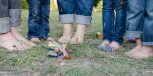 piedi sporchi di pittura